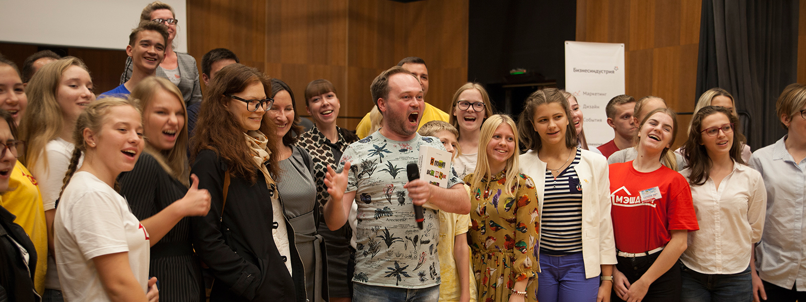 Олег Бармин фотографируется со зрителями.